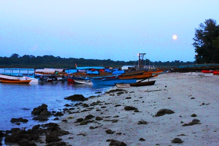 満月が昇る夕方のハヴロック漁港
