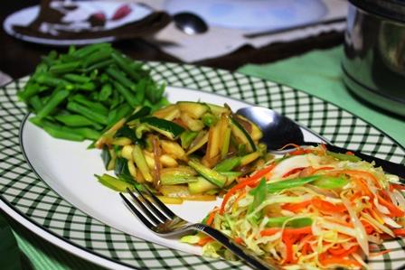 アディ族宅の野菜の炒め物やサラダ