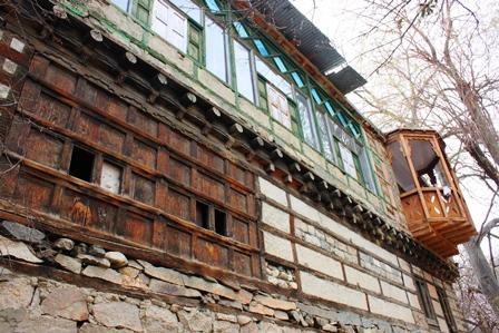 トゥルトゥク村の古い木造家屋