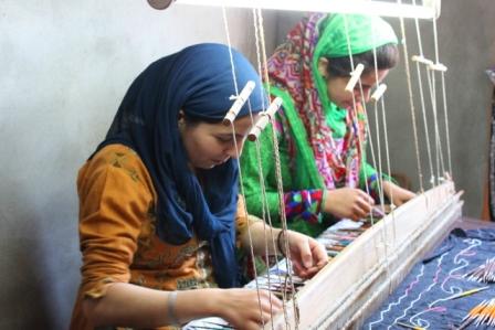 インド雑貨買付け:カニ織をする女性